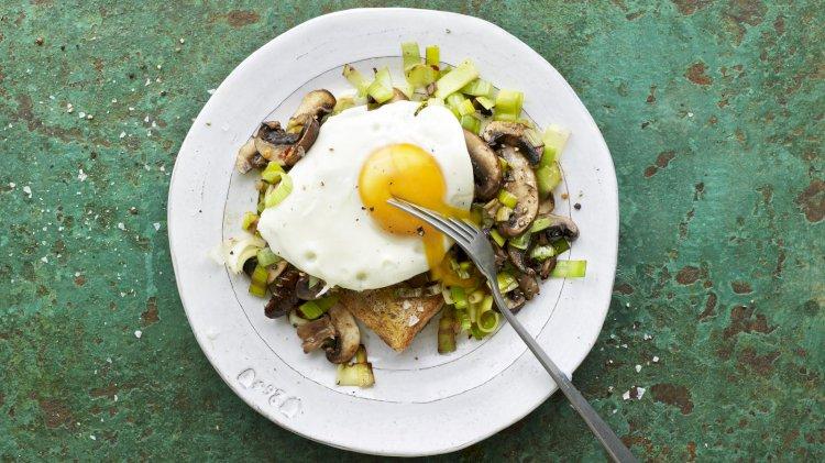 Pečurke, praziluk i pržena jaja na tostu