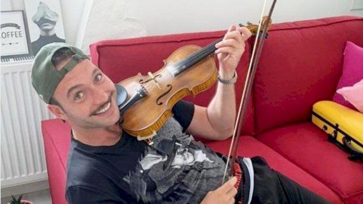 Gorkem Sevindik uči da svira violinu